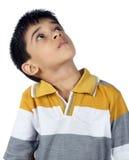 Deprimerad indisk pojke som ser upp Arkivbild