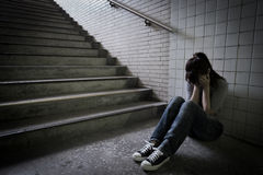 Deprimerad kvinna i tunnelbana Royaltyfria Foton