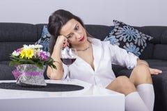Deprimerad kvinna med alkohol Arkivbilder