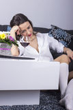 Deprimerad kvinna med alkohol Arkivfoto