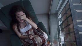 Deprimerad kvinna som gråter vid fönstret stock video