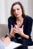 Deprimerad kvinna som talar om problem Arkivbild