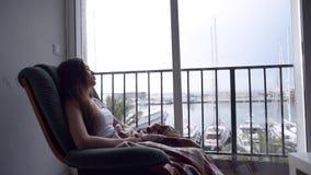 Deprimerad kvinna som ut ser fönstret stock video