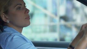 Deprimerad kvinnlig som är trött efter arbetsdagsoch att sitta i bilen som tänker över problem arkivfilmer