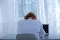 Deprimerad kvinnlig som förödmjukas på internet Arkivbilder