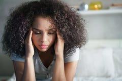 Deprimerad latinamerikansk flicka med ledsna sinnesrörelser och känslor Arkivbilder