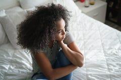 Deprimerad latinamerikansk flicka med ledsna sinnesrörelser och känslor Fotografering för Bildbyråer