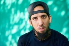 Deprimerad Latinoman med ledset bekymrat framsidauttryck royaltyfri bild
