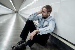 Deprimerad ledsen affärsman i sammanlagd förtvivlan som avverkar hopplöst och frustrerat sammanträde i stadstrappa royaltyfria foton