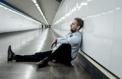 Deprimerad ledsen affärsman i sammanlagd förtvivlan som avverkar hopplöst och frustrerat sammanträde i stadstrappa royaltyfri fotografi