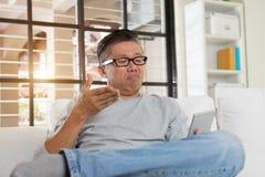 Deprimerad mognad asiatisk man royaltyfria foton