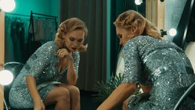 Deprimerad trött aktris efter show stock video