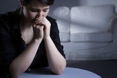 Deprimerad ung änka royaltyfria bilder