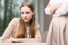Deprimerad ung flicka royaltyfri foto