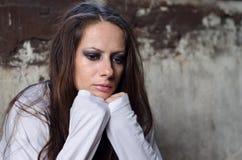 Deprimerad ung flicka som är borttappad i tankar Arkivfoto