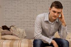 Deprimerad ung man som surar efter ett argument arkivbild