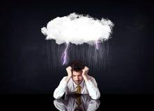 Deprimerat affärsmansammanträde under ett moln royaltyfria bilder