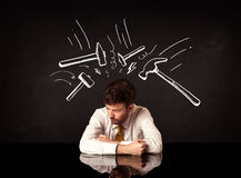 Deprimerat affärsmansammanträde under hammarefläckar royaltyfri fotografi