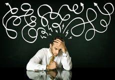 Deprimerat affärsmansammanträde under utdragna riktningslinjer Arkivfoto