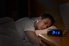Deprimerat manlidande från sömnlöshet Royaltyfri Foto