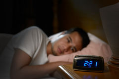 Deprimerat manlidande från sömnlöshet Royaltyfri Fotografi