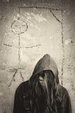 Deprimerat självmords- flickaanseende under teckning av galge Royaltyfri Foto