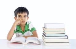 Deprimerat skola pojken royaltyfria foton
