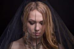Deprimierende blonde Frau, die schwarzen Schleier trägt Lizenzfreies Stockfoto