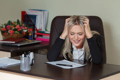 Deprimierende Geschäftsfrau im Büro Die goldene Taste oder Erreichen für den Himmel zum Eigenheimbesitze Lizenzfreie Stockfotos