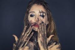 Deprimierende junge Frau mit schmutzigem Gesicht Stockfoto