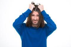 Deprimierender stresssed Mann zupfen sein Haar heraus Lizenzfreies Stockbild