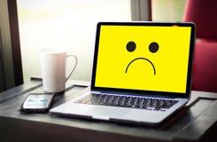 Deprimierendes Gefühlkonzept, smileygesicht Emoticon druckte depr Stockfotos