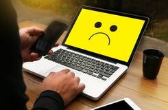 Deprimierendes Gefühlkonzept, smileygesicht Emoticon druckte depr Lizenzfreies Stockfoto