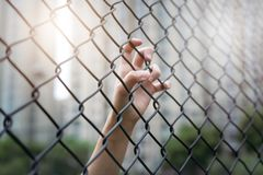 Deprimiert, Problem und Lösung Frauen übergeben auf Kettengliedzaun Stockfoto