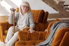 Deprimierte ältere Frau, die den leeren Raum nahe ihr betrachtet Stockfoto
