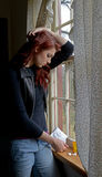 Deprimierte aber attraktive Frau betrachtet Überdosis Lizenzfreies Stockbild