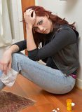 Deprimierte aber attraktive Frau betrachtet Überdosis Stockfoto