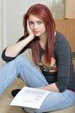 Deprimierte aber attraktive Frau sitzt im Boden mit Stockbilder