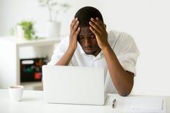 Deprimierte Afroamerikanerarbeitskraft gestört mit Firmenkrise Stockfoto