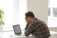 Deprimierte Arbeitskraft, die hinunter abgefeuert werden über E-Mail glaubt Lizenzfreies Stockbild