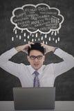 Deprimierte Arbeitskraft mit Laptop und Problemen Lizenzfreie Stockfotografie