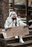 Deprimierte arme Greisin, die sehr unglücklich sich fühlt lizenzfreies stockbild