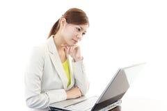 Deprimierte asiatische Geschäftsfrau Stockfotos