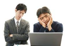 Deprimierte asiatische Geschäftsmänner Stockfotos