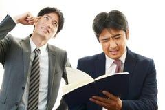Deprimierte asiatische Geschäftsmänner Stockfotografie