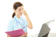 Deprimierte asiatische weibliche Krankenschwester Stockfoto
