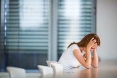 Deprimierte/besorgte junge Frau Lizenzfreies Stockbild
