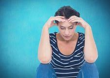 Deprimierte betonte Frau gegen blauen Hintergrund Stockfotos
