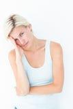 Deprimierte Blondine mit der Hand auf Tempel Lizenzfreies Stockfoto