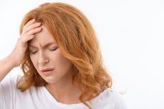 Deprimierte Dame leidet unter Kopfschmerzen Stockbild